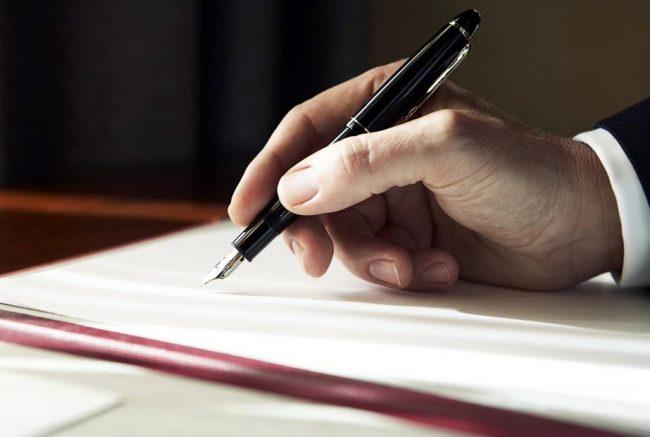 Мужчина держит ручку