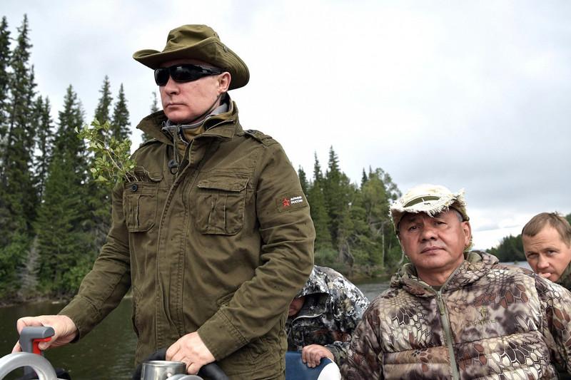 Путин в компании Шойгу прогулялся по сибирской тайге