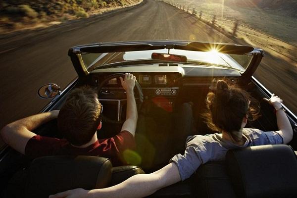 Парень с девушкой едут на машине