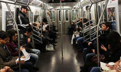 Люди еду в метро