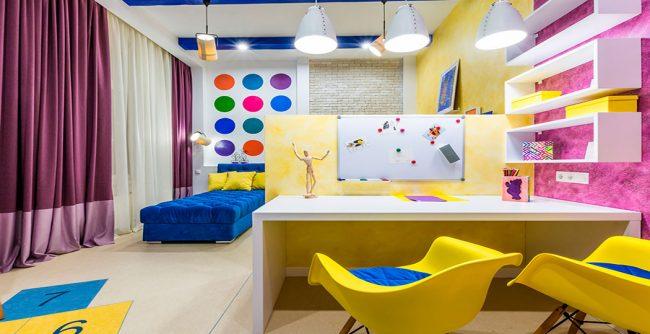 Интерьер современной комнаты в ярких тонах