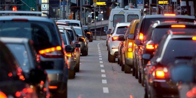машины едут в городе