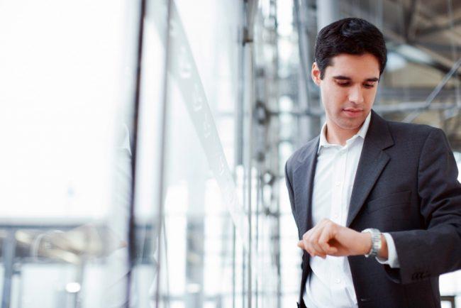 парень смотрит на часы