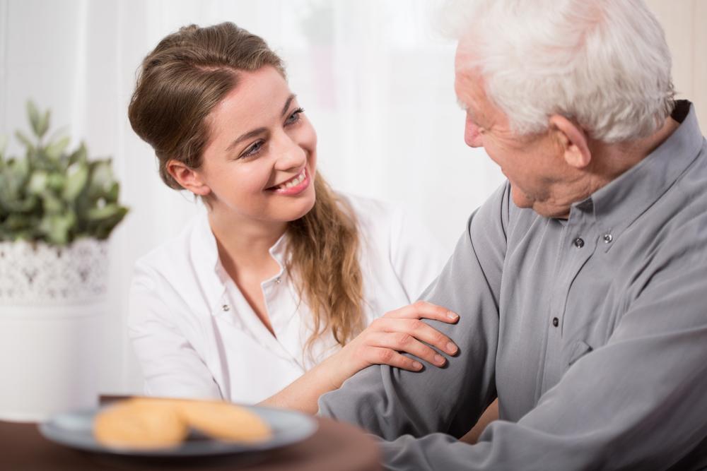Уход за пенсионером старше 80 лет: какие выплаты положены и кто может заниматься
