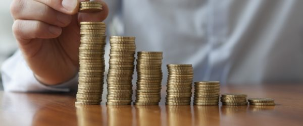 Стопки монет на столе
